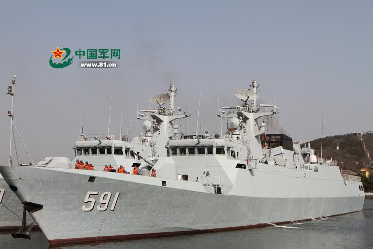 056型抚顺舰同时发射两枚不同型号导弹命中目标