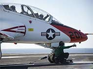 美海军舰载教练机航母上练起降