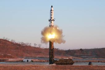 朝鲜新型中远程导弹发射曝光