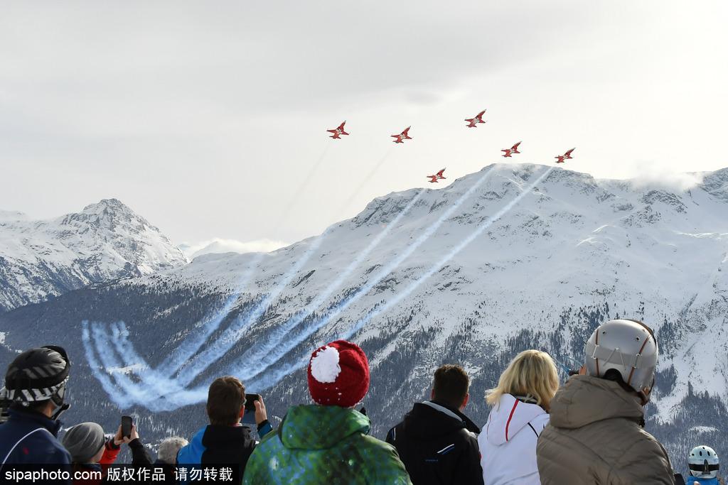 瑞士上演雪山飞行 助阵高山滑雪世界杯