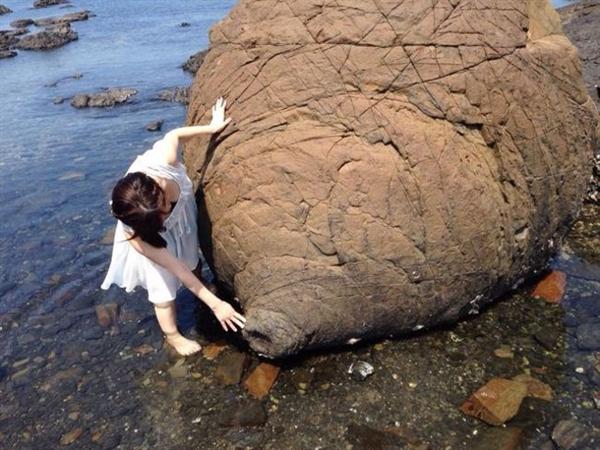 """日本熊本县现""""乳房岩"""" 据说有神秘功效"""