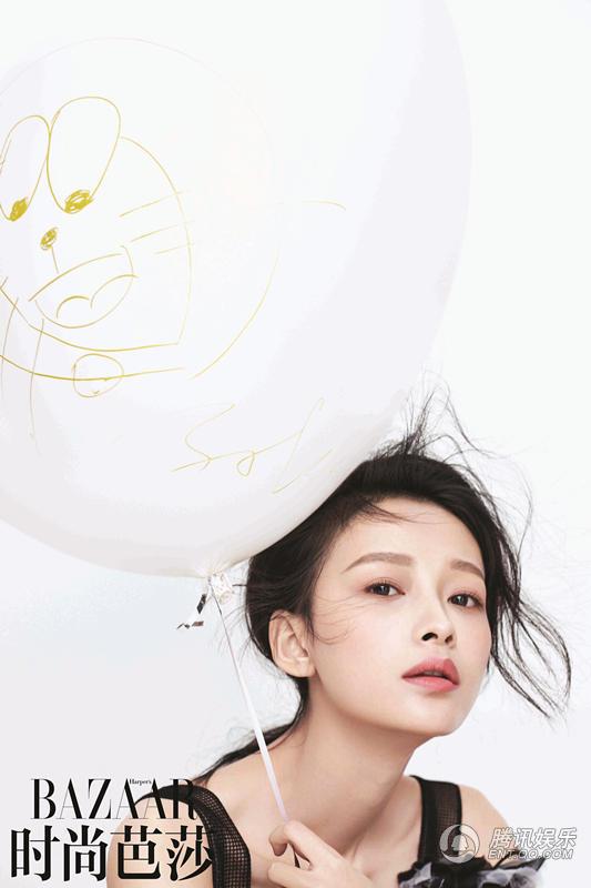 照片中白色气球上的简笔画细节
