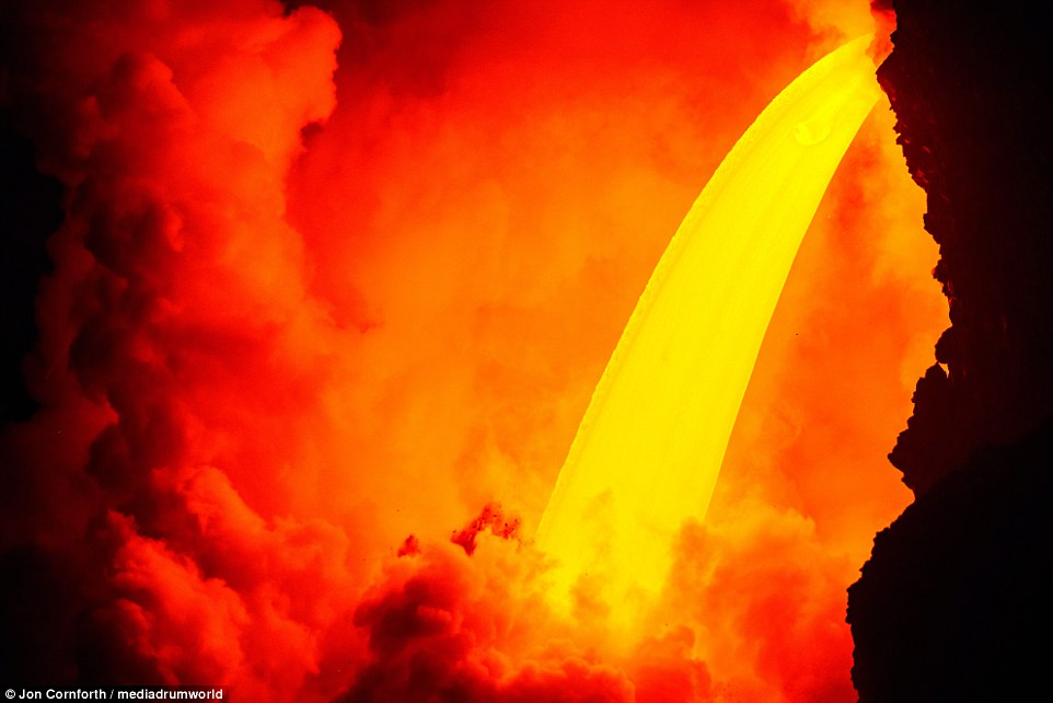 """壮观!夏威夷火山悬崖倾塌 岩浆""""火龙头""""倾泻入海"""