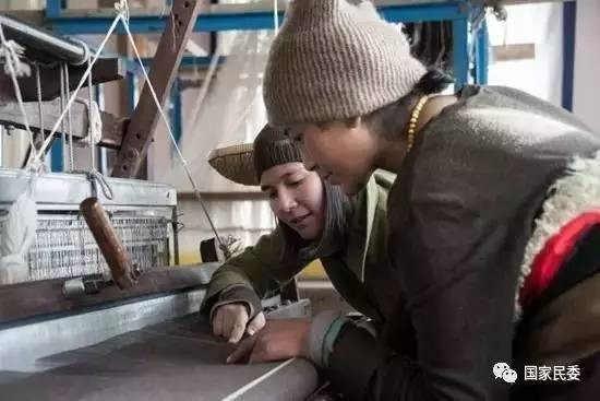 讲述 | 一个美国女孩,用围巾连接藏族山村与法国T台