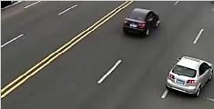 男子公路上骑马逆行撞轿车 牙齿摔断小马逃逸