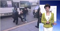 少年指认小偷被群殴 嫌犯戴上口罩拖其下车施暴