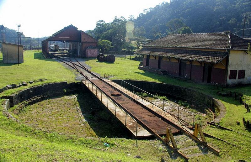 巴西热带雨林中废弃英式火车站神秘沧桑