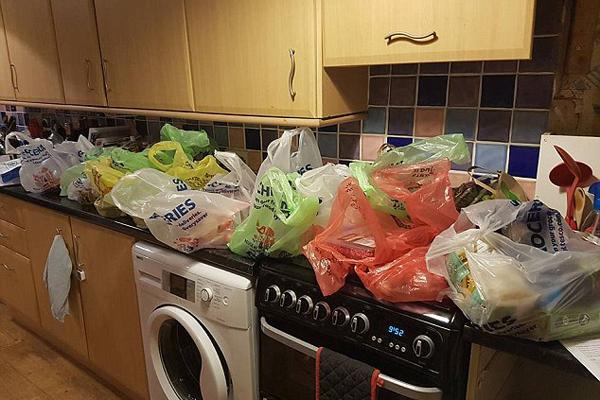 英女子谴责乐购包装浪费 36件物品用24只塑料袋装