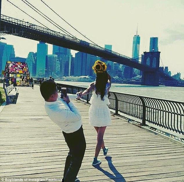 国外网友晒男子为女友拍照时的搞怪姿势