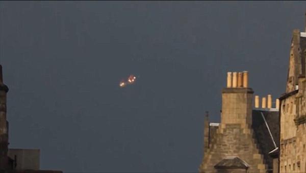 法国小镇天空出现闪橙色光不明飞行物引遐想