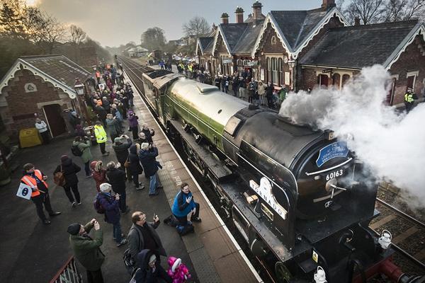 英国铁路线上时隔50年再次运行蒸汽火车