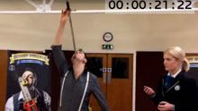 《扒神嗨评》英男子3分钟吞21英寸长剑16次