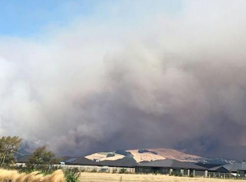新西兰基督城发生重大山火 一驾灭火直升机坠毁