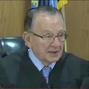 美国最近出了一起超离奇的案件!法官听了都笑出声...