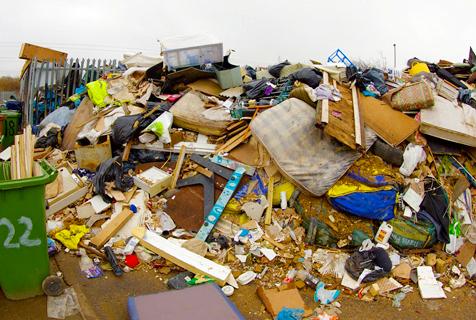 """英一景点垃圾成山被戏称""""超级垃圾场"""""""
