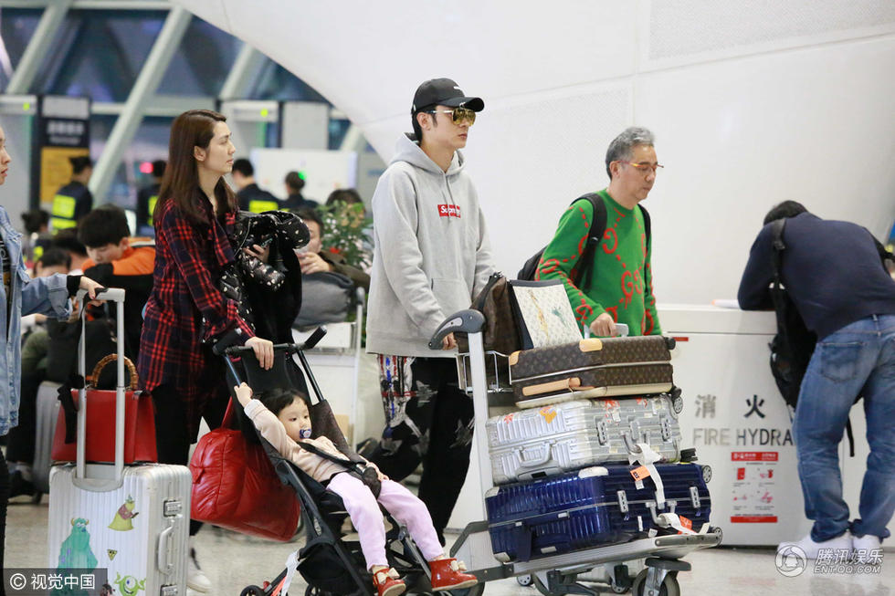 组图:张丹峰与妻女现身机场 洪欣素颜皮肤好