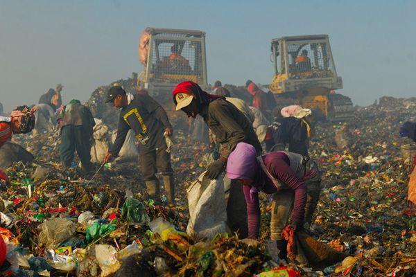 印尼拾荒者:垃圾山中养家糊口讨生活