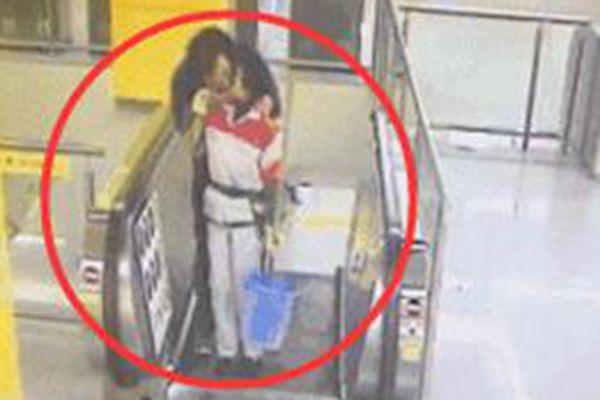 辣眼睛!男子在地铁站强吻保洁阿姨