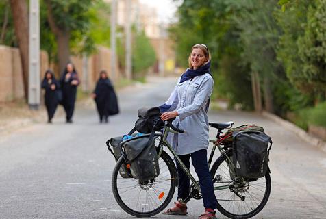 英女子伊朗骑行受当地民众热烈欢迎