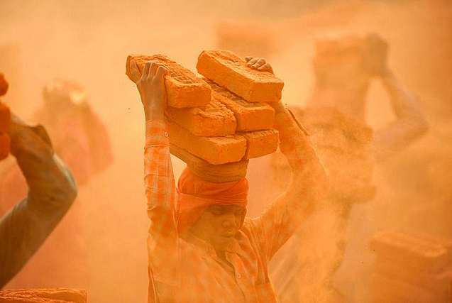 尼泊尔工人头顶砖块艰辛劳作工资微薄