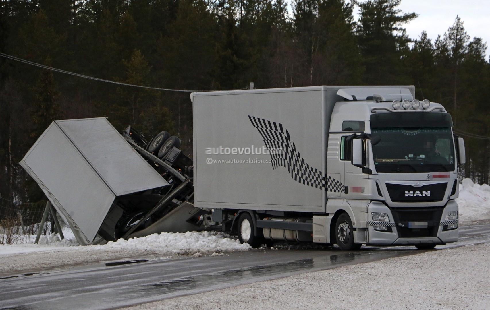 新一代保时捷911测试车瑞典遭遇车祸 惨遭曝光