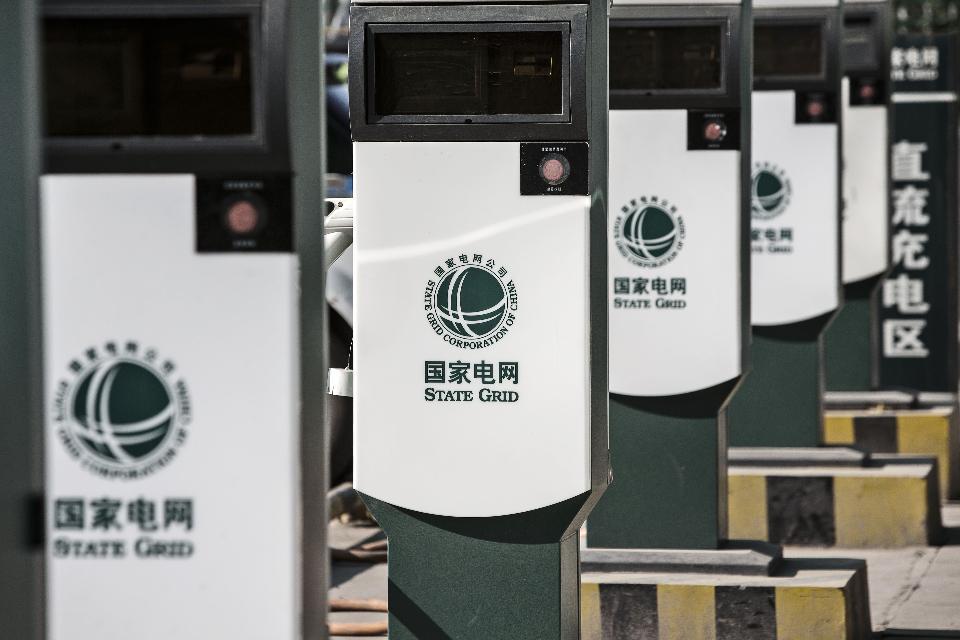 中国今年拟新增80万个充电桩 支持新能源车发展