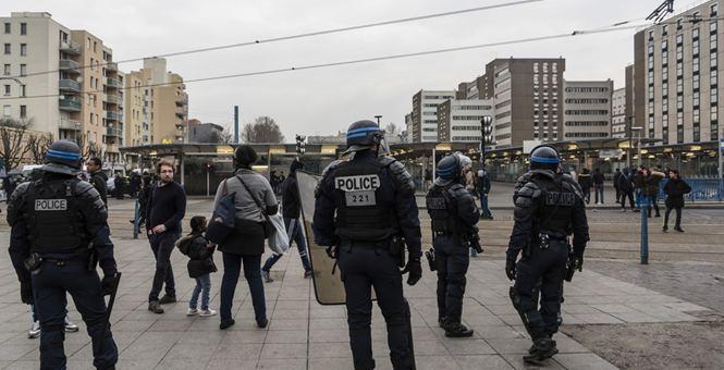 法国警察性侵黑人事件 抗议主阵地骚乱过后街头处处剑拔弩