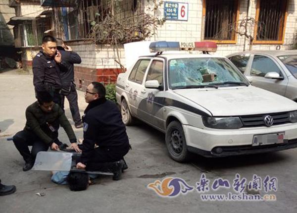 四川男子持30公分长刀肇事并攻击警察被开枪击伤