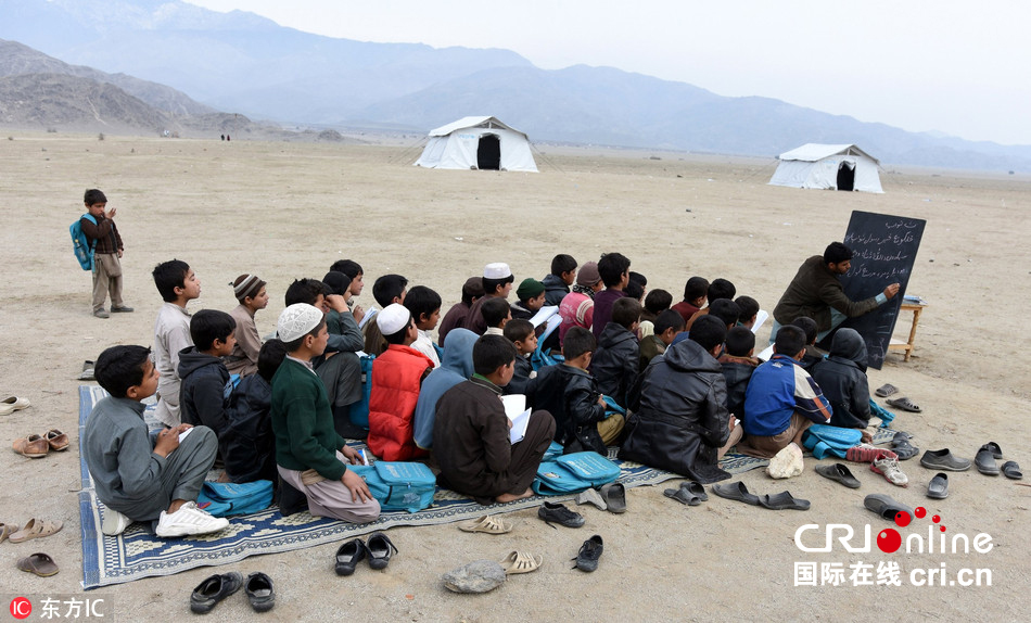 难民营里的求学梦:一张地毯就是一个课堂