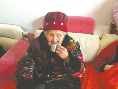 四川92岁女酒仙:每天少则喝八两 60年没醉过