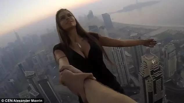 早观世界 | 没有任何安全措施,俄女子在310米高塔单手悬空拍照