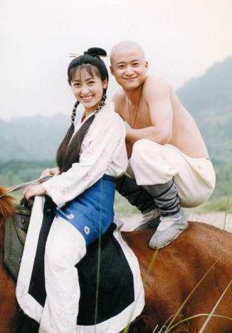 族第一美女,与张铁林传绯闻,最后嫁给大她23岁的大反派