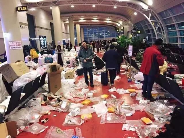 """【真相】韩国济州机场变""""垃圾场""""全赖中国人?记者亲身经历看到的却是这样……"""