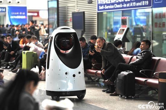 全国首款警察机器人亮相郑州 引小萝莉驻足围观