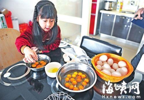 福建市民买20个鸡蛋 连敲12个全是双黄