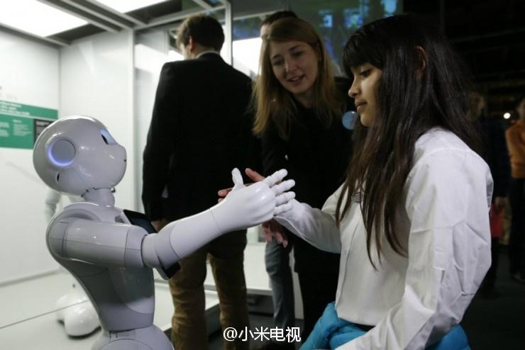 英国伦敦举行机器人展览 百大机器人展示500年进化史