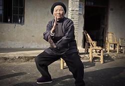 94岁功夫奶奶4岁起习武 近90年来勤练不辍