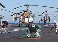 会玩:俄罗斯海军航母上打冰球