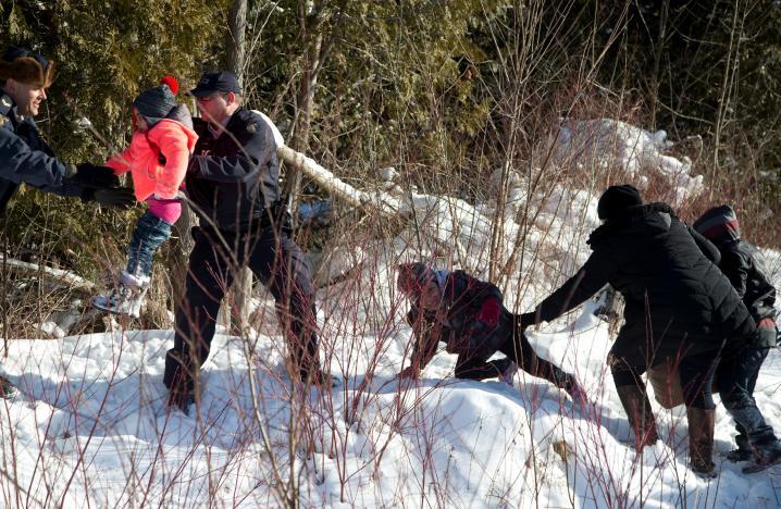 """难民儿童被加拿大骑警抱过边境 美国警察""""懵了"""""""