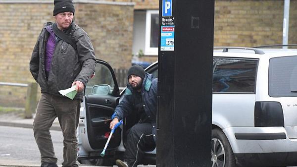 """英3名""""假乞丐""""被揭穿 开车行乞定位剑桥学生"""