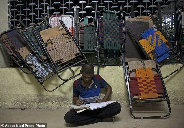 印度图书馆门前成自习圣地 数千名学子苦中拼搏