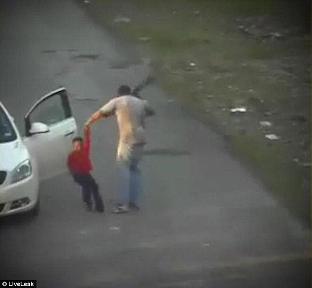 虐童!美7岁男童偷手机充电器惨遭皮带抽打62下