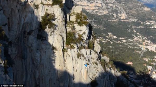 惊险!法国男子挑战高空走软绳失去平衡翻下