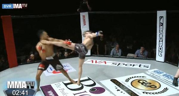 尴尬!英格斗赛拳手领先后卖弄舞步转眼却被对手击倒