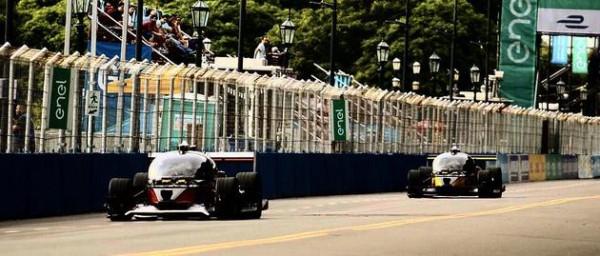 首场无人驾驶电动汽车赛 其中一辆中途撞车
