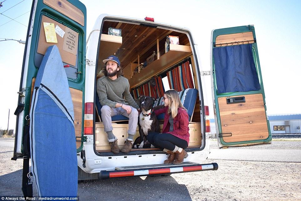 美年轻夫妇改装房车 携宠物开启环美冒险之旅