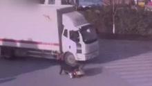 摩托撞上大货车被碾碎 男子及时跳车毫发无损