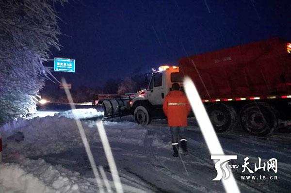 新疆多地迎强降雪 公路部门清除积雪保畅通