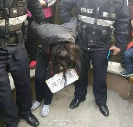 """窃贼胸前挂""""我是小偷""""示众 律师:不可取(图)"""