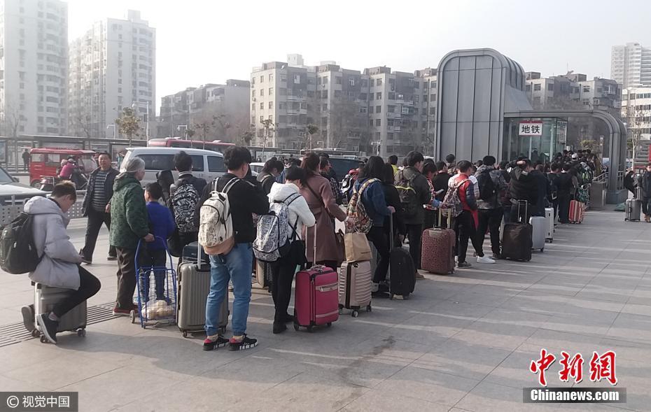 大学生返校引客流井喷 地铁站排队长达一二百米